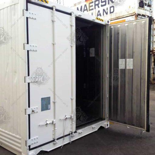 Weißer Kühlcontainer mit geöffneter Tür.