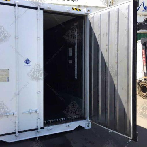 Weißer Kühlcontainer NARU 104888-3 mit geöffneter Tür.