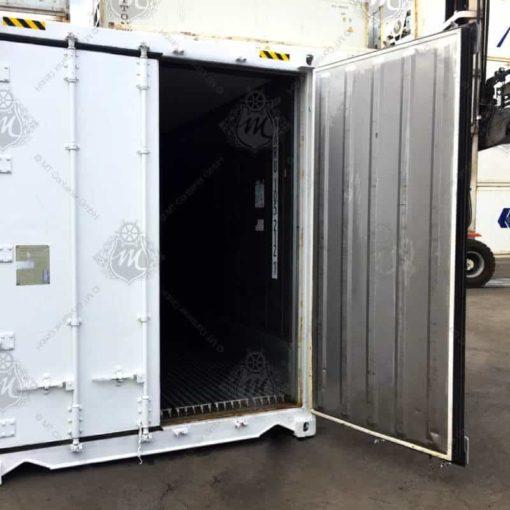 Weißer Kühlcontainer mit einer geöffneten Tür.
